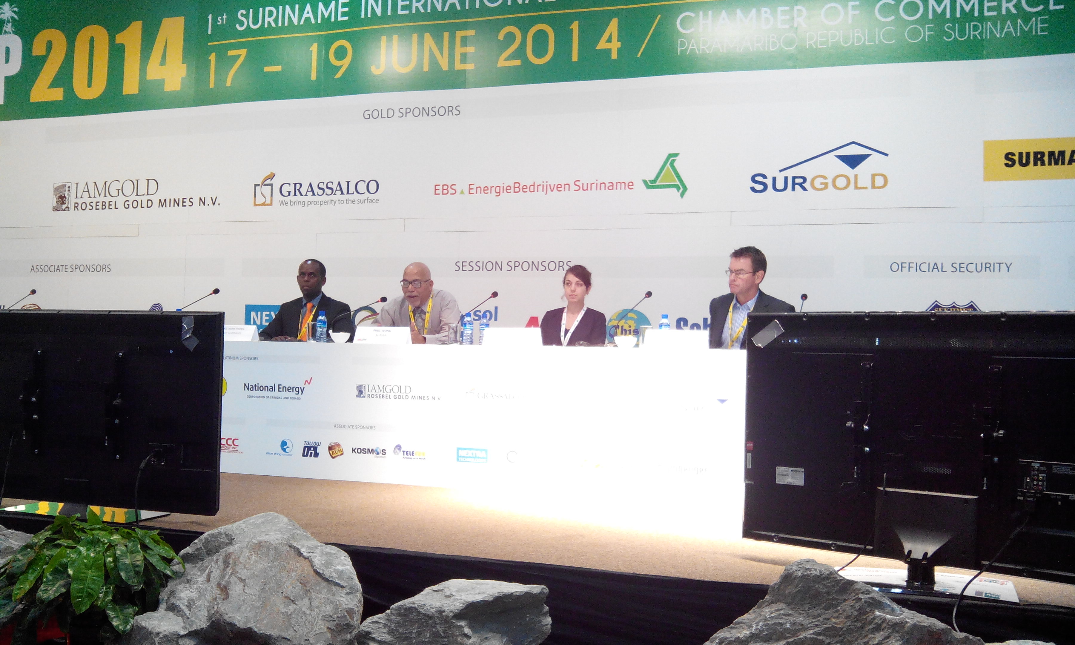 Session 8, roundtable. De gauche à droite : A.ARMSTRONG (député de l'UNDP), M.WRONG (modérateur), G.PAUL (Ingénieure Solicaz) et M.WRIGHT (directeur WWF Guyana)